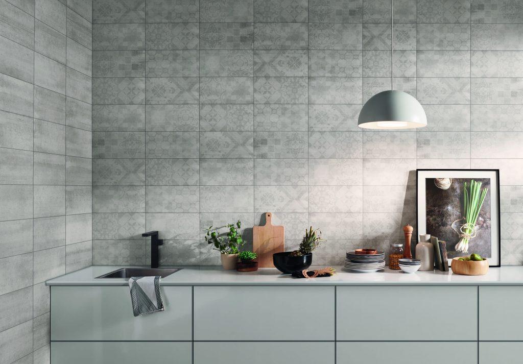Interior equipado com revestimentos cerâmicos de parede